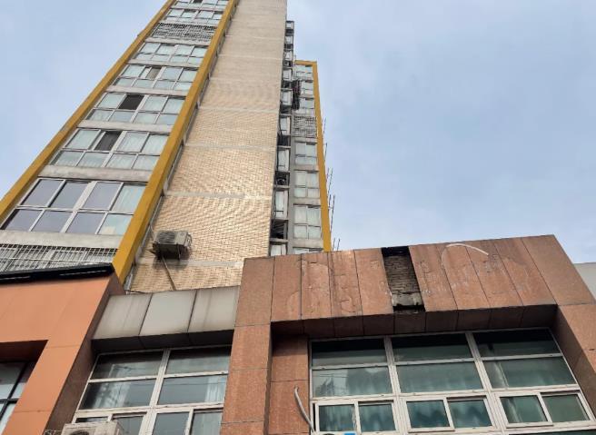 江苏丹阳某公寓外墙脱落,引市民担忧